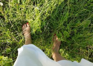 Bettys bare feet in the grass